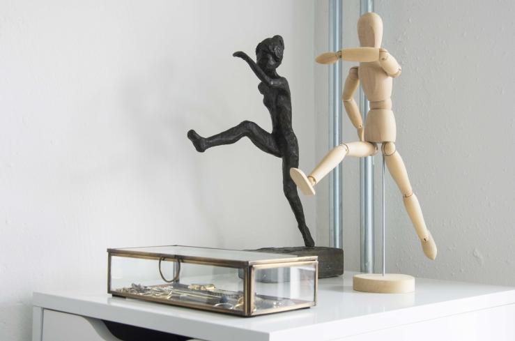 """Het houten poppetje is van Ikea. Het bronzen beeldje heeft mijn oma gemaakt. Het heet 'De Hardloopster""""."""