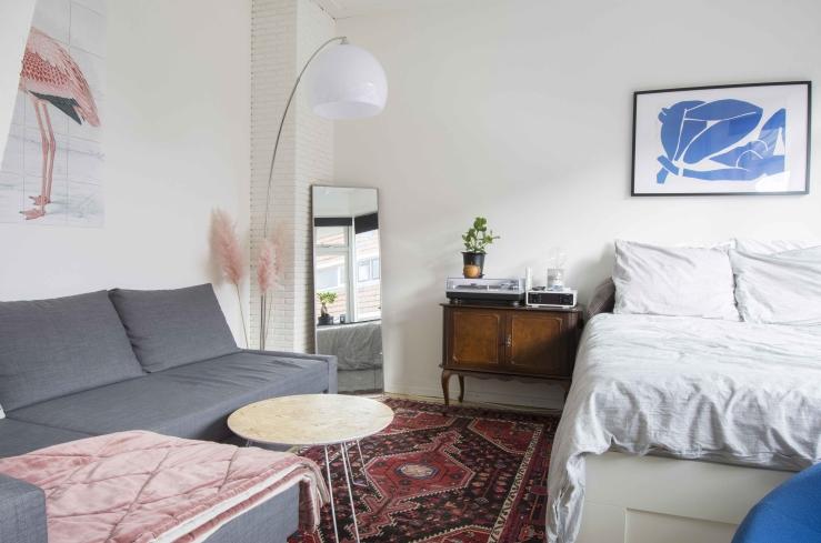 Mijn dekbed is van Ikea, de lamp naast mijn bank komt van Bol.com.