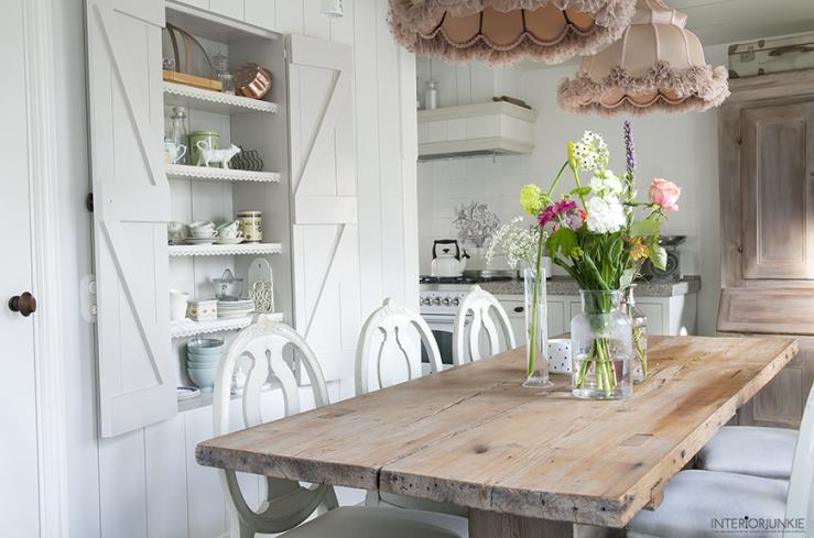 Rustiek interieur in houten huis u stockfoto xload