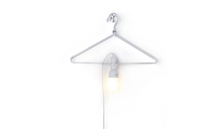 Doe eens gek en hang je kleding aan deze lamp