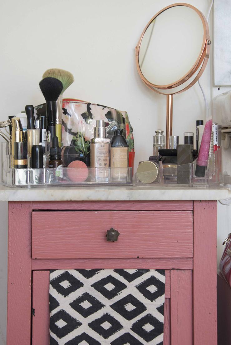 Dit kastje is van mijn ouders geweest. De koperkleurige spiegel is van de Xenos, de bakjes waar mijn make-up inzitten zijn van Action en Xenos,  Dit toilettasje  is van Ted Baker,