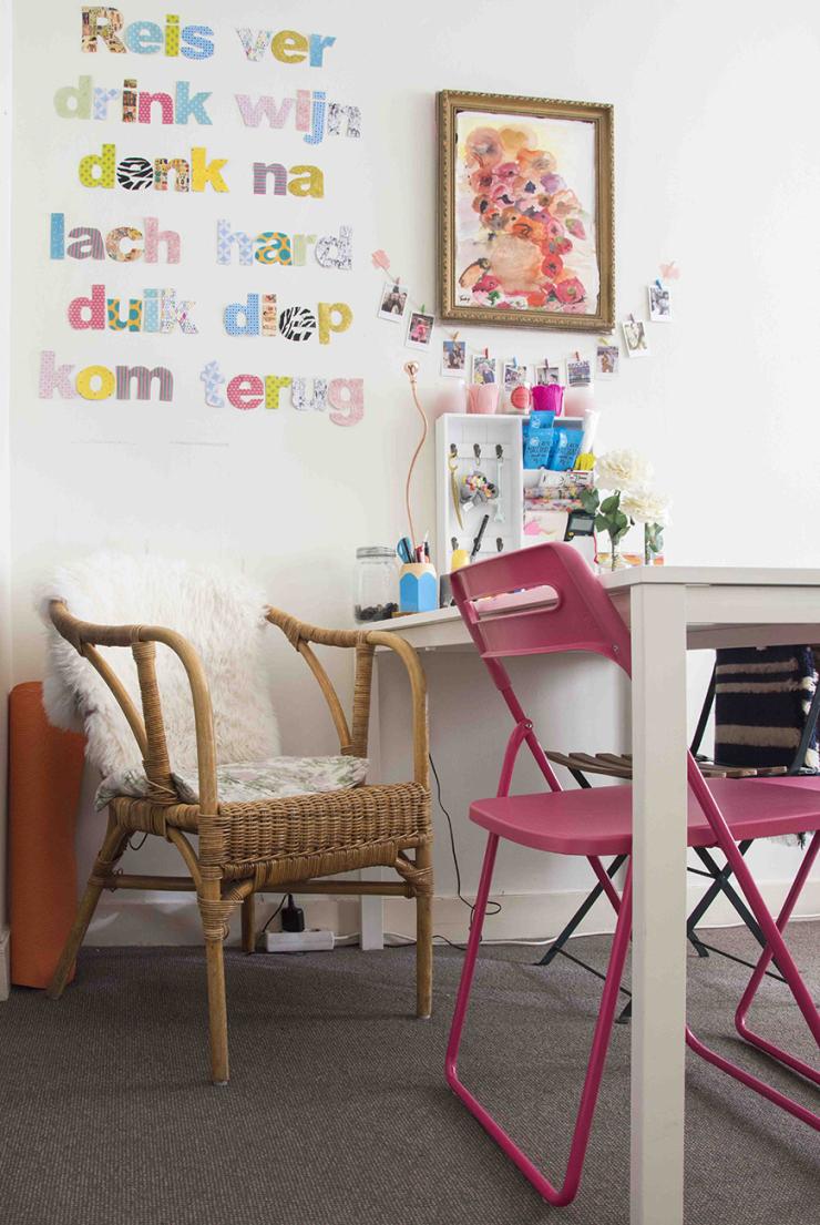 De tafel is van IKEA, de roze stoel van HEMA, de rotan stoel is van mijn ouders geweest, het schapenvachtje die er op licht heb ik bij IKEA vandaan, en de tekst op de muur heb ik zelf gemaakt van kranten en cadeaupapier.