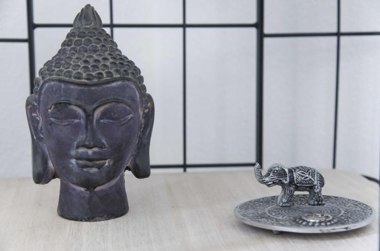 De buddha heb ik gekregen van een collega Het bakje voor wierrook is van Xenos.