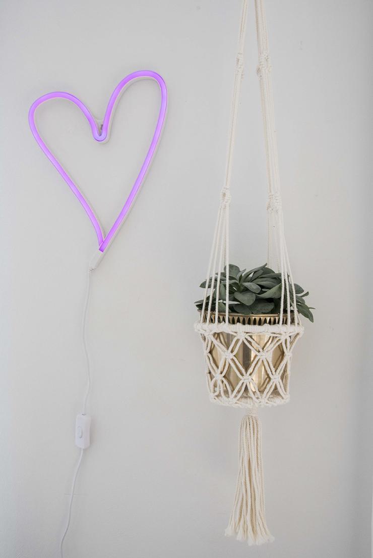 """""""Het neon hart is van HEMA, de plantenhanger kocht ik tijdens mijn vakantie in Bali."""""""