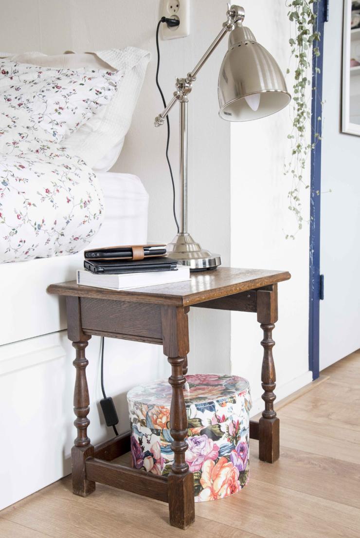 'Het kastje kocht ik bij kringloop. De bloemendoos is van H&M Home en de lamp is van IKEA'.