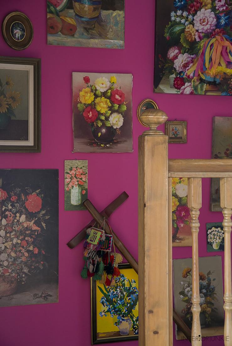 Een bloemenzee op de muur met tweedehands schilderijen