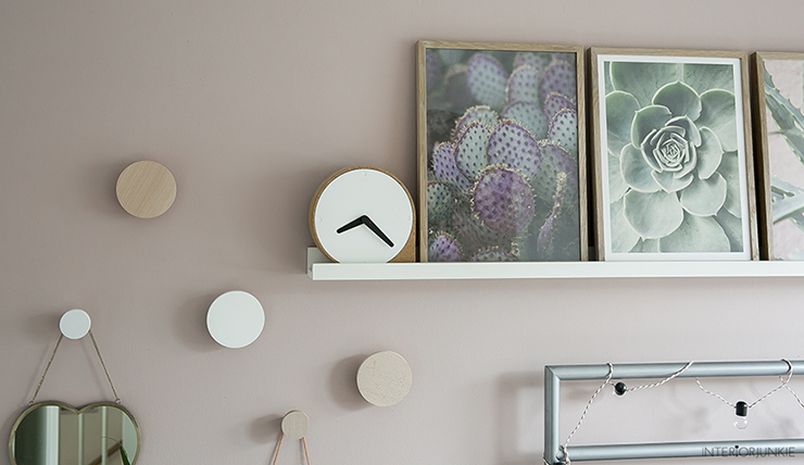 Aan De Muur : Pronken met lijsten aan de muur boven je bed interior junkie