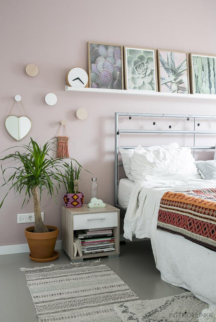 Pronken met lijsten aan de muur boven je bed interior junkie for Bed in de muur
