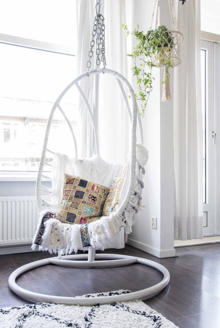 """""""De hangstoel is van Sissy-Boy. De kussens hierin kocht ik op een markt in Granada. Het plaid komt uit Marrakech."""""""