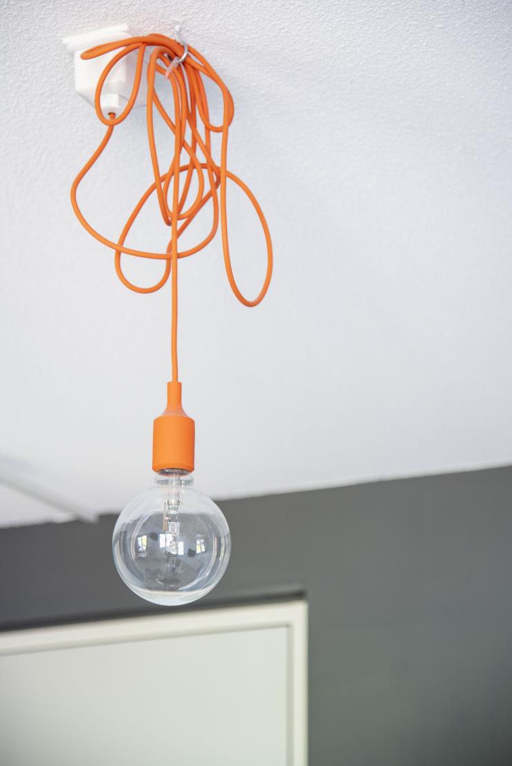 Modern en clean wonen - oranje lamp