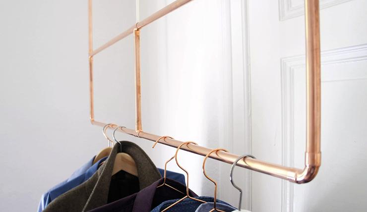 Creëer meer ruimte met dit zwevende kledingrek