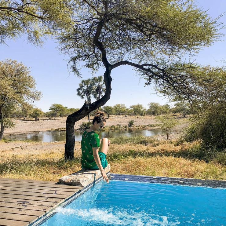 Glampen in Namibie tussen de giraffen