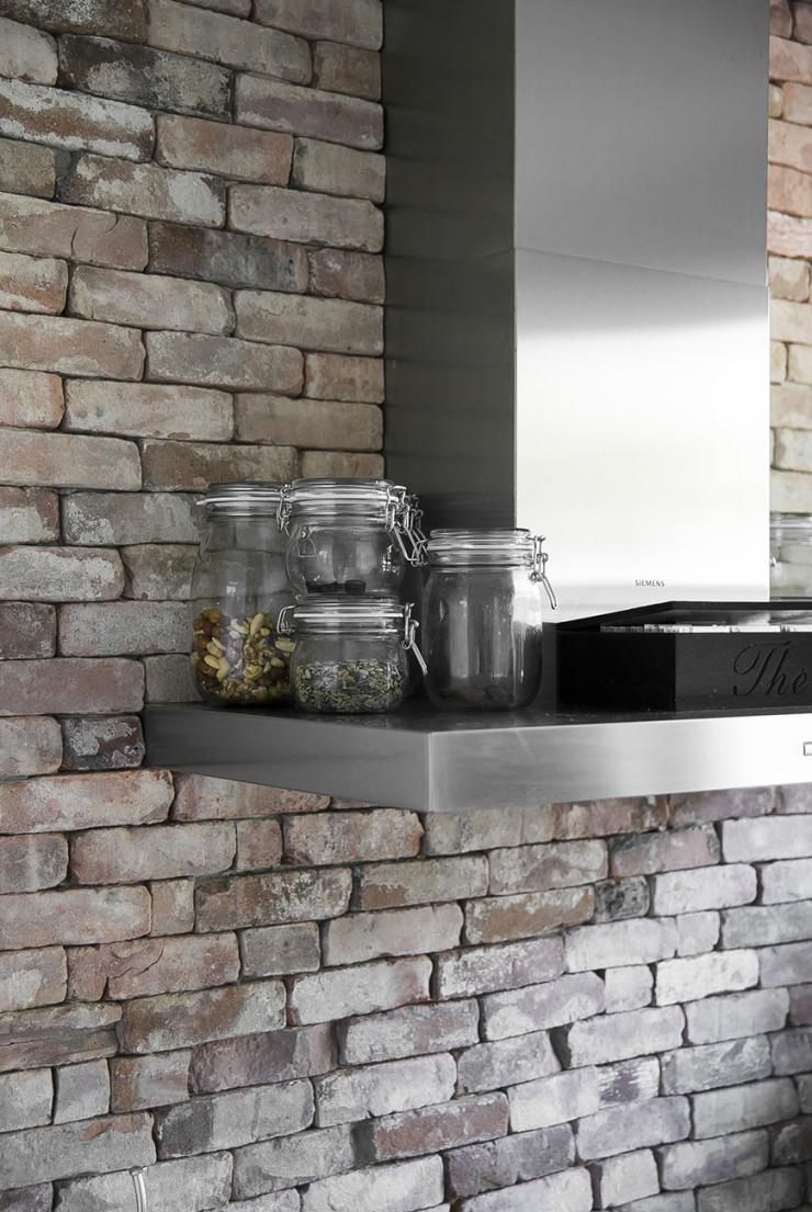 Kijkje in de keuken met bakstenen muur van Chantal