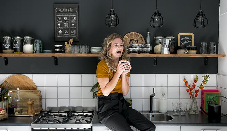 Een kijkje in de grijs-zwarte keuken van Karlijn