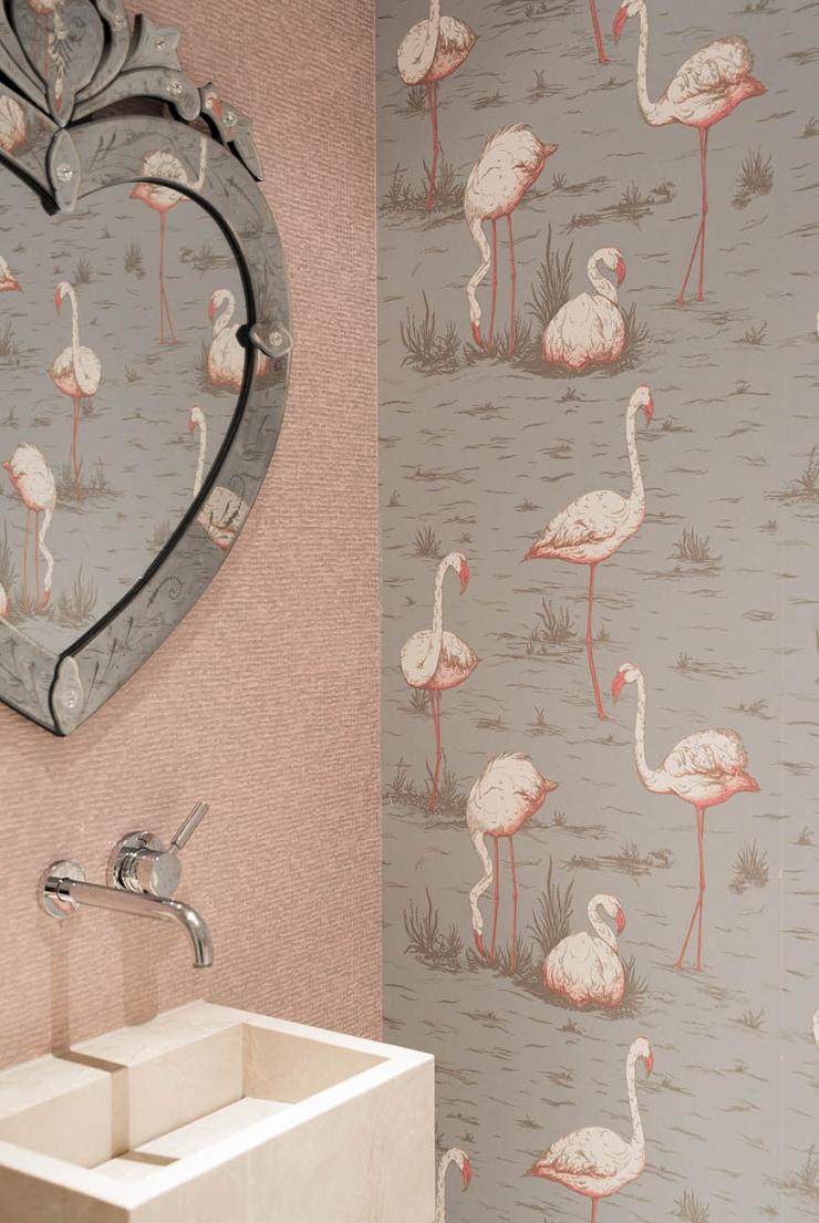 Pronken met palmen en flamingo behang op het toilet