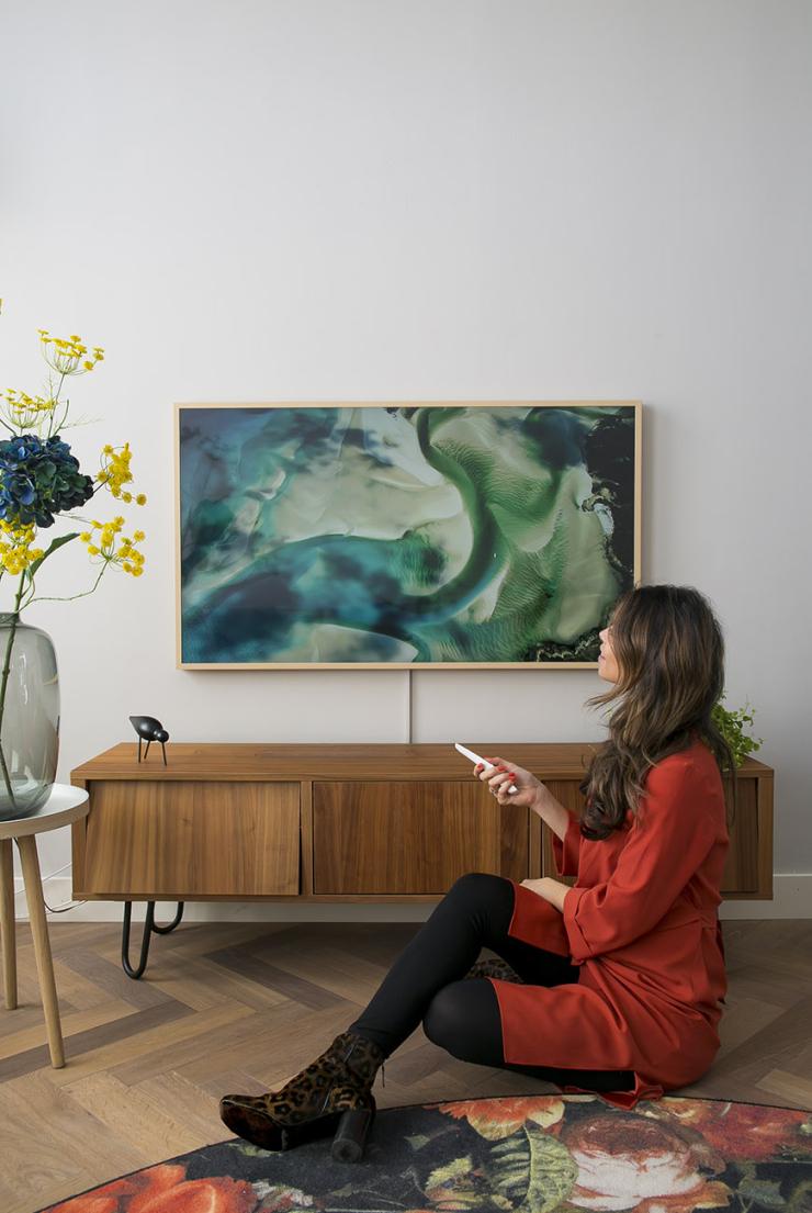 Tv in de woonkamer wegwerken? Maak er een kunstwerk van