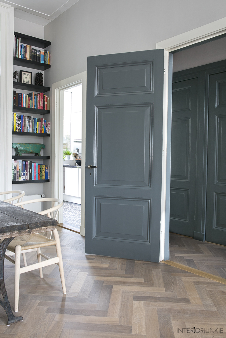 Mooi: een hoge boekenkast in huis