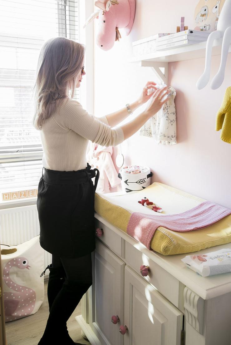 Baby tour in de roze babykamer van Elise