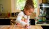 kind helpt in huishouden - stock