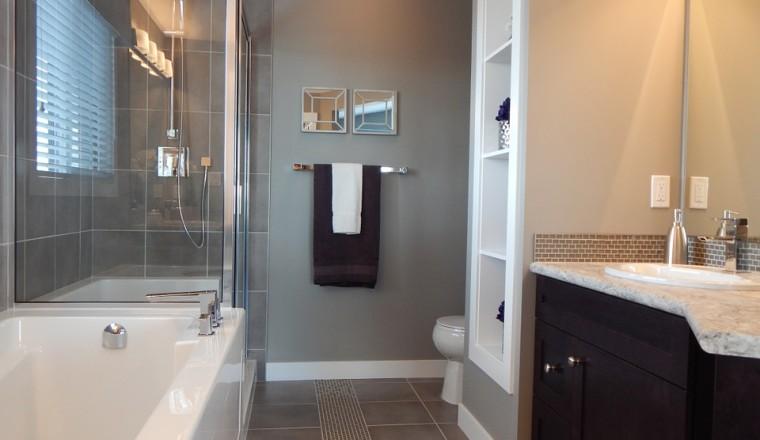 Hoe kan je schimmelvlekken in de badkamer verwijderen en voorkomen?