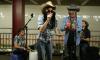 Miley Cyrus gaat undercover in de metro en zingt de beste versie van Jolene ooit!