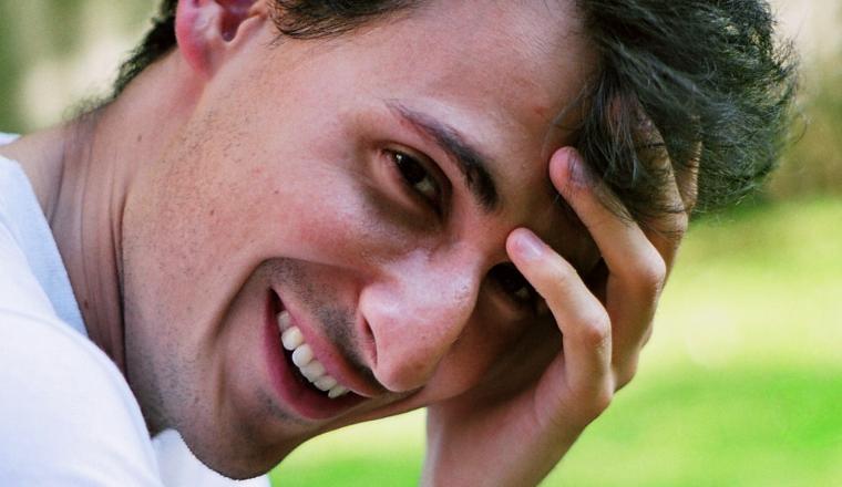 11 (onbewuste) fysieke signalen die mannen uitzenden als ze gek op je zijn
