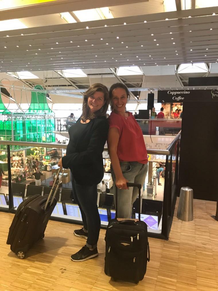Sandra en Karin op Schiphol