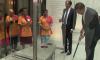 Video waarin Mark Rutte zelf zijn gevallen koffie opruimt gaat de wereld over