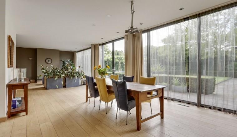 De woonkamer lichter en groter door plaatsen van een schuifpui ...