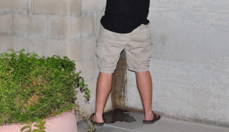 Vader opgepakte wildplasser (14) komt met schoonmaakspullen naar politibureau