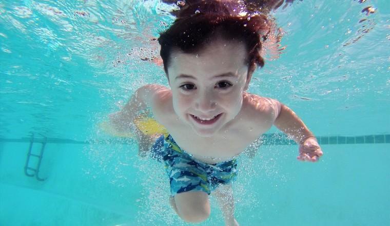 kind zwemmen