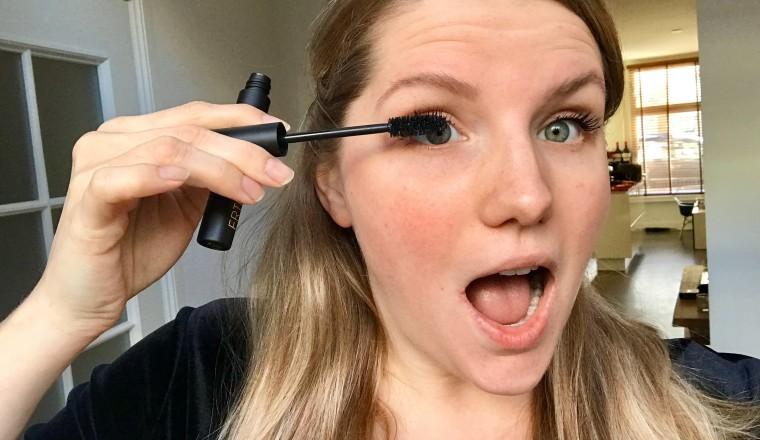 Waarom heb je altijd je mond open bij het opdoen van mascara?