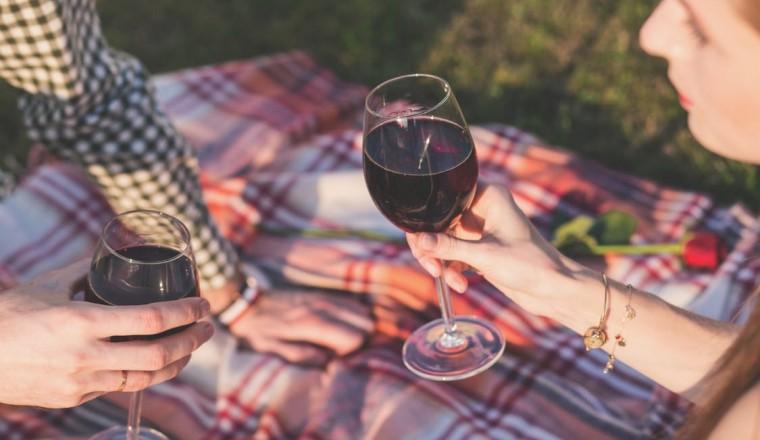 Hoe maak je van een fles wijn een ultiem Valentijnscadeau?