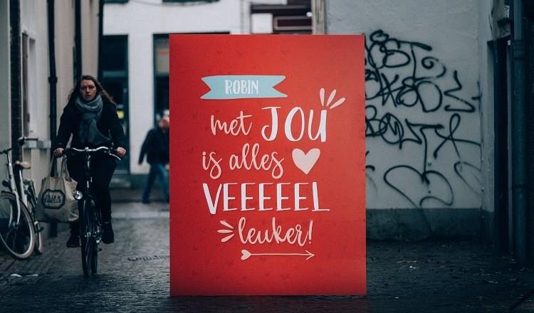 Online kaartenwinkel Kaartje2go heeft sinds maandagochtend levensgrote valentijnskaarten in zijn webshop. De valentijnskaarten hebben een hoogte van 1,6 meter. Romantici zetten hun liefde volgens Kaartje2go groots op de kaart met dit valentijns gebaar. Kaart is ...