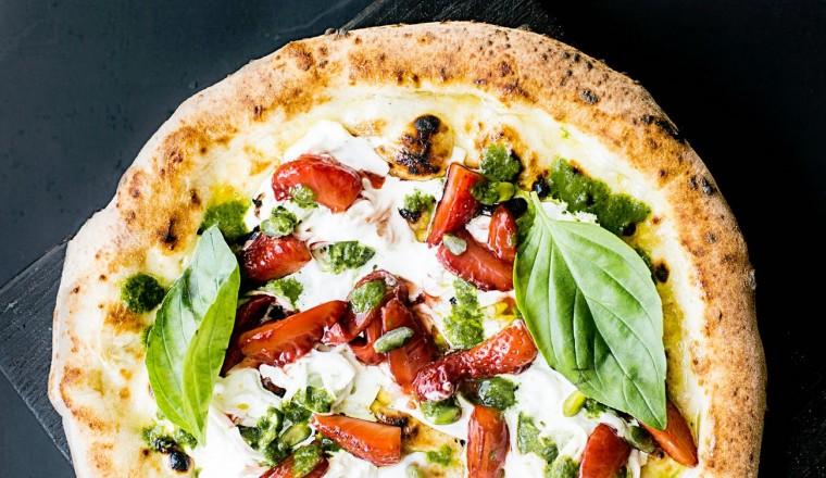 Zo bak je twee ronde pizza's op een bakplaat voor één pizza