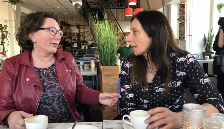 Ria en Karin aan de koffie