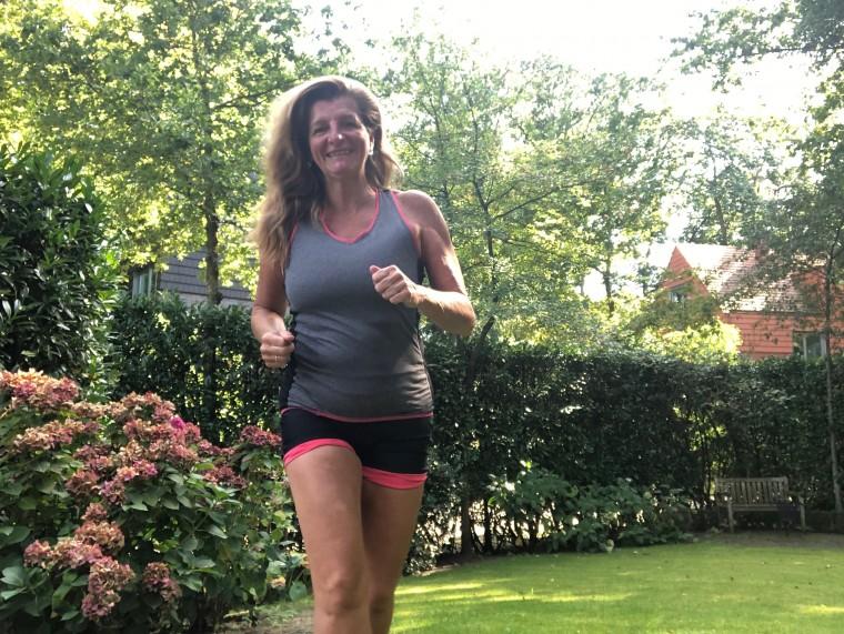 Sandra komt hier net terug van een herstelloopje van 5 kilometer, een paar dagen nadat ze de halve marathon heeft gelopen